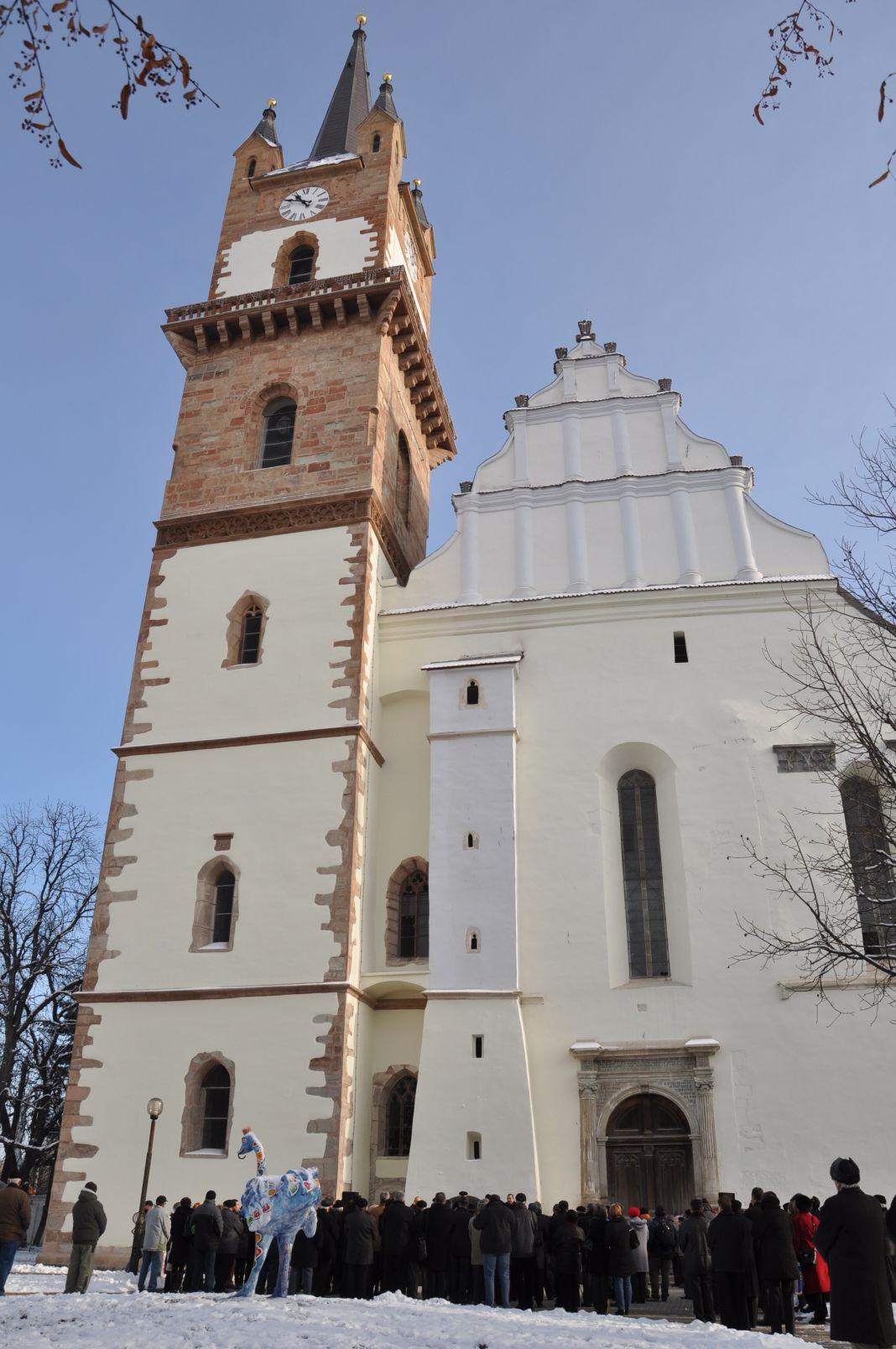 Rund 100 Gäste verfolgten bei Minustemperaturen die Weihe des Turmes.  Foto: Holger Wermke