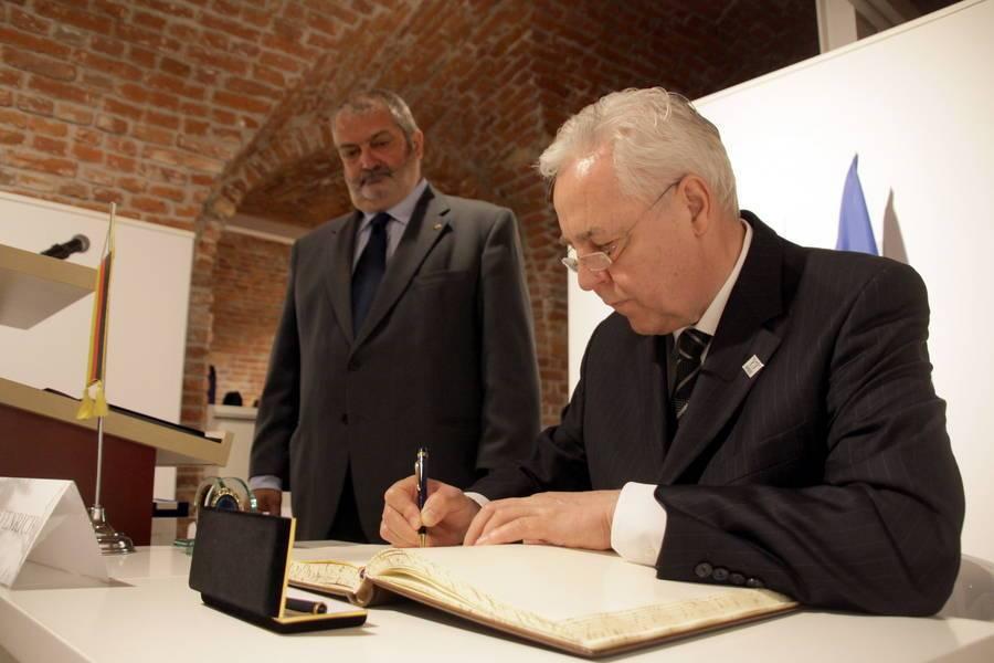 Heinz Fenrich unterschreibt im Gästebuch der Stadt Temeswar